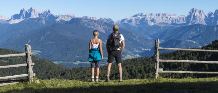 Wandern mit Blick auf die Dolomiten