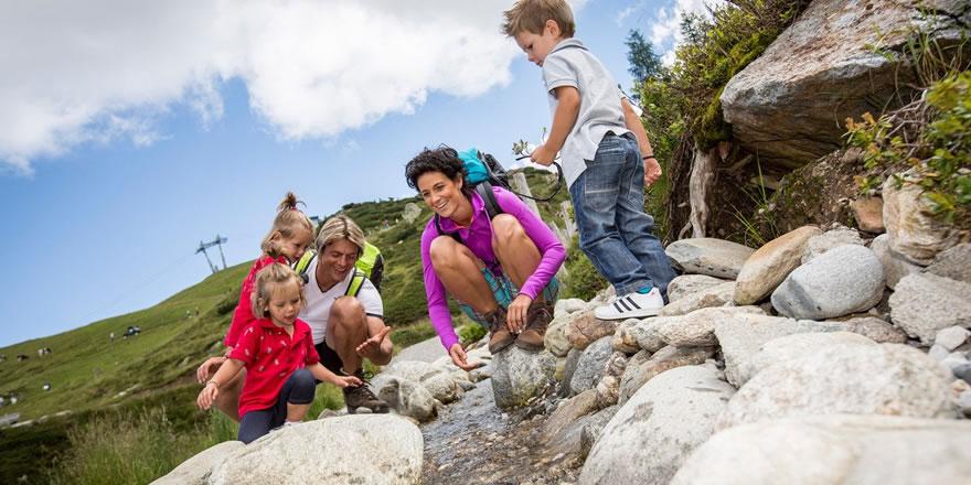 Familienwanderung und kühle Bergbäche in Kärnten