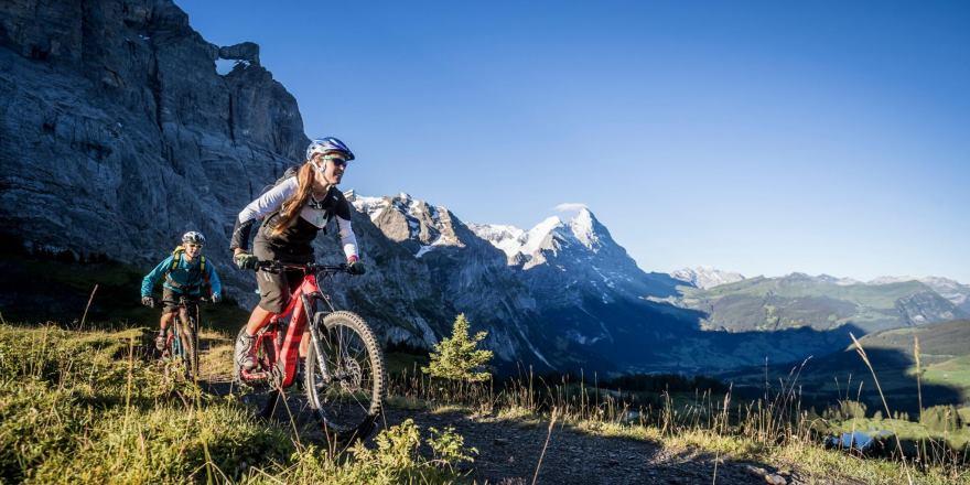mit dem E-Bike durch die schweizer Berge