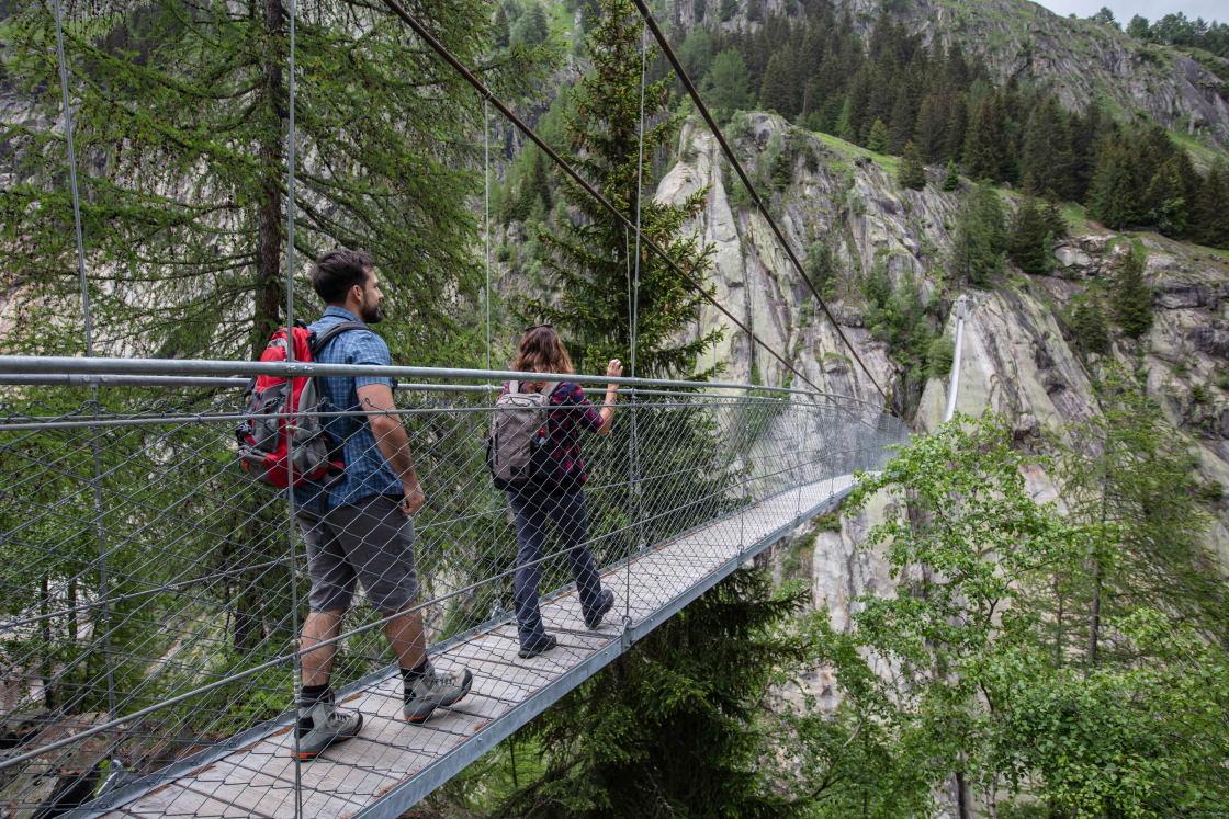 Überquerung einer spektakulären Hängebrücke im Wallis