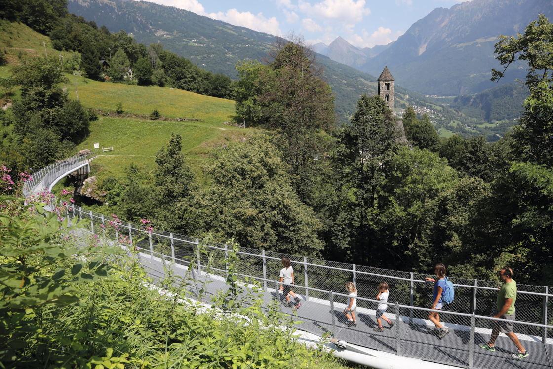 Wanderer wandern hinauf zur Kirche von Negrentino