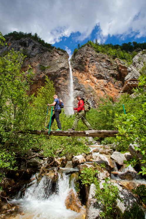 über eine Brücke am Rinka Wasserfall