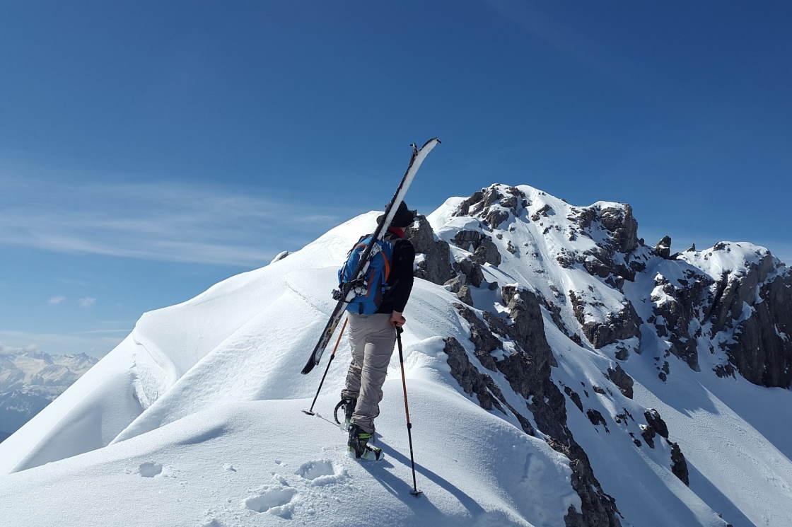 fast schon nostalgisch, der Skitourengeher auf der Steinkarspitze