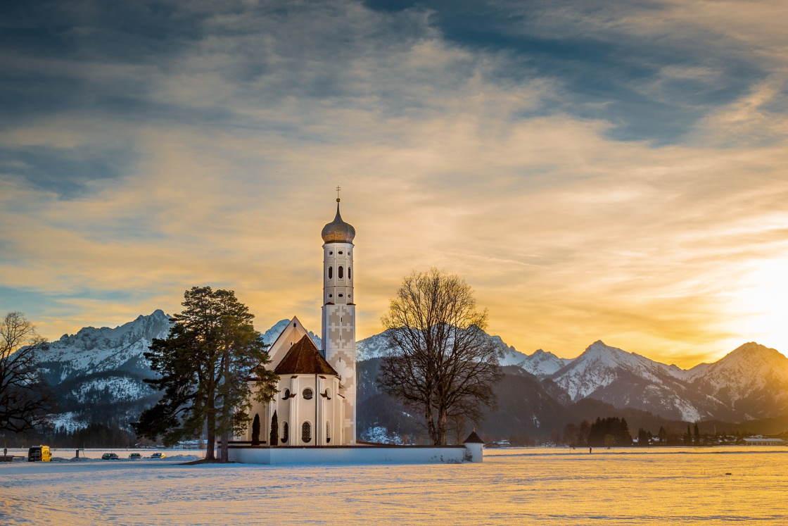 Sonnenuntergang an der colomanskirche in Schwangau