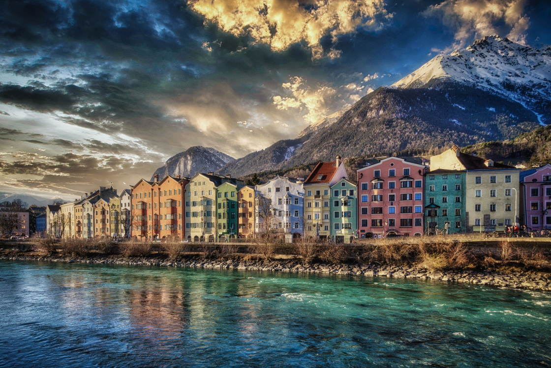 die bunten Häuser von Innsbruck in der Nachmittagssonne